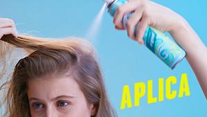 Chica aplicándose la cabeza con champú en seco Batiste